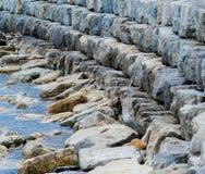 弯曲被堆积的石头breakwall  库存照片