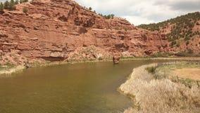 弯曲过去被腐蚀的岩石峭壁的河 免版税库存照片