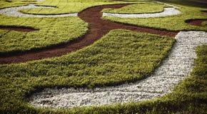 弯曲通过草坪的道路在公园 免版税库存照片