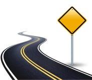 弯曲道路和一个空的路标 免版税库存照片