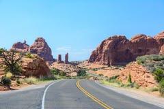 弯曲道路在拱门国家公园,默阿布,犹他,美国 图库摄影