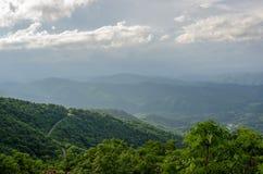 弯曲道路在蓝岭山脉 库存照片