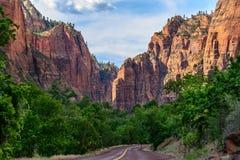 弯曲道路在锡安国家公园,犹他,美国 免版税库存图片