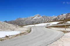 弯曲道路在Gran Sasso公园,亚平宁山脉,意大利 库存图片