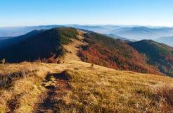 弯曲道路看法在发烟性山脉的小山的中 免版税库存照片