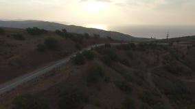 弯曲道路鸟瞰图在山的 射击 美好的横向 在山的路 股票视频