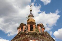 弯曲金属十字架的老砖东正教的圆顶 免版税库存照片