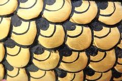 弯曲金黄雕象的样式在中国寺庙的。 免版税库存图片