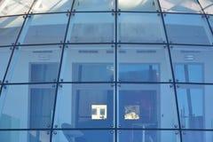 弯曲围绕现代玻璃屋顶 免版税库存图片