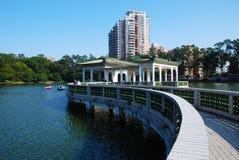 弯桥梁在湖 免版税库存照片