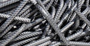 弯的分裂钢筋,弯曲的铁棍包了混乱在堆 免版税库存图片