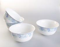 弯脚的 在背景的陶瓷碗 在背景的陶瓷碗 免版税图库摄影
