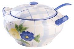 弯脚的 烹调在白色的陶瓷碗 免版税库存图片
