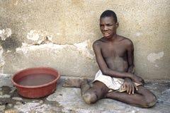 弱智的乌干达男孩画象  免版税库存图片