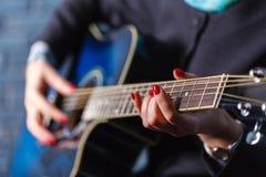弹一把古典吉他的吉他弹奏者的细节 库存照片