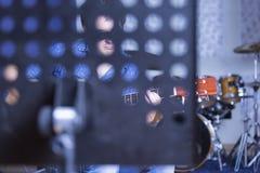 弹一把声学吉他的音乐家 库存照片