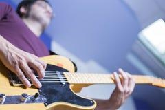 弹一把电吉他的吉他弹奏者 库存图片