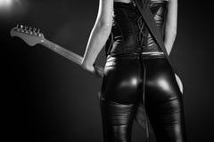 弹一把电吉他的性感的妇女 免版税图库摄影