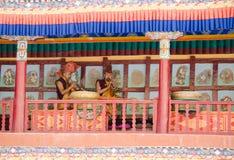 弹传统Ladakhi乐器和喇叭的修士在每年Hemis节日期间在拉达克,印度 免版税库存图片