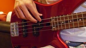 弹低音吉他的男性手 股票录像