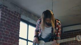 弹低音吉他的精力充沛的人 影视素材