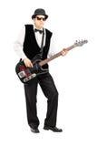弹低音吉他的人的全长画象 库存图片