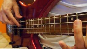弹低音吉他的男性手 股票视频