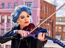 弹单独小提琴的妇女 免版税库存图片