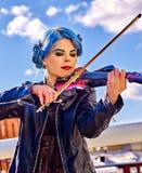 弹单独小提琴的妇女 免版税图库摄影