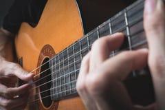 弹古典吉他的一个人 图库摄影