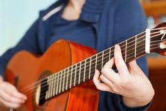 弹古典声学吉他的女孩 库存照片