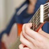 弹古典声学吉他的妇女 库存照片