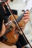 弹古典小提琴的妇女小提琴手 免版税库存图片