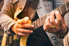 弹吉他的一个人 库存图片