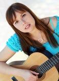 弹吉他的妇女 免版税图库摄影