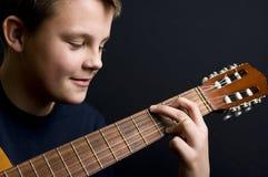 弹吉他的少年 库存图片