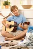 弹吉他的懒惰人 免版税库存照片