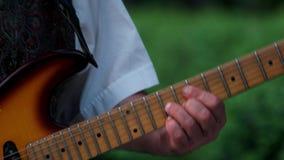 弹吉他的成熟男性手户外 股票视频