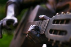 弹吉他的雕象 免版税库存照片