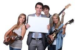 弹吉他的青年人 免版税库存照片