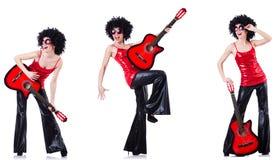 弹吉他的非洲的假发的妇女 库存图片