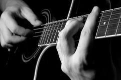 弹吉他的音乐家 库存照片