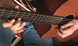 弹吉他看见其他照片 库存照片