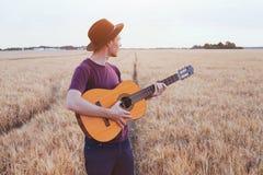 弹吉他,浪漫音乐爱情歌曲的年轻人 库存图片