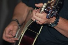 弹吉他 免版税库存照片