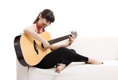 弹吉他 免版税图库摄影