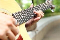 弹吉他在公园 库存照片