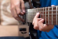 关闭被使用的一把电吉他 免版税图库摄影