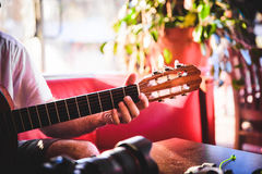 弹吉他早晨 免版税库存图片
