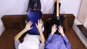 弹吉他的创造性的愉快的夫妇 股票视频